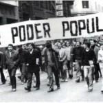 Manifestation du 1ermai 1973 à Santiago (Chili). Unis mais sans armes, les travailleurs chiliens subirons la violence de la dictature de Pinochet.