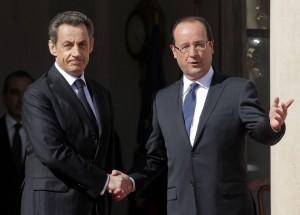 """Passation de pouvoir entre Nicolas Sarkozy et François Hollande, à l'Élysée le 15 mai 2012. C'est bien plus que les clésdel'Elysée que Hollande a récupéré,il a aussi gardé la politique économique et sociale anti ouvrière et anti-jeunes de la droite """"décomplexée""""(AP/Thibault Camus)"""