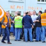 Manifestion des employés de l' entreprise Lohéac contre le licenciement de 78 personnes avec le soutien des salaries de Petroplus, eux aussi menacés de licenciement.  Photo : JEAN MARIE THUILLIER