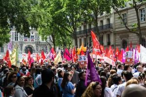 Les personnels grévistes des hôpitaux parisiens se sont rassemblés, jeudi 28 mai 2015, devant le siège de l'Assistance publique-Hôpitaux de Paris (AP-HP) à Paris pour protester contre un projet de réorganisation du temps de travail proposé par Martin Hirsch.