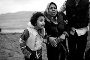 Réfugiées syriennes arrivant sur une plage de Grèce après le naufrage de leur embarcation en avril 2015. (Angelos Tzortzinis AFP)
