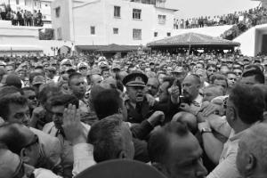 Aux funérailles de son frère, jeune capitaine tué lors d'affrontements au Kurdistan, l'officier Mehmet Alkan laisse éclater sa colère. En réponse au ministre de l'énergie qui avait dit le 19 août : «mon but est de mourir en martyr », Alkan a notamment dit : «Ne me dites pas que vous aimeriez tomber en martyr alors que vous êtes protégés par 30 gardes du corps et que vous vous déplacez dans un véhicule blindé». Les journaux turcs ont largement couvert cet évènement qui n'est pas isolé et montre la colère grandissante contre l'AKP et les privilèges de ses dirigeants.