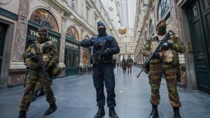 epa05037202 Police officer and soldiers on security duty inside Galerie de la Reine following the terror alert level being elevated to 4/4, in Brussels, Belgium, 22 November 2015. Belgium raised the alert status to maximum because of a 'serious and imminent' threat of an attack. The Metro line remains closed and all Belgian league one and two soccer matches have been cancelled. The Belgian government said it had concrete evidence of a planned terrorist attack that would have employed weapons and explosives. EPA/STEPHANIE LECOCQ