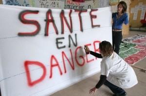 231249_des-internes-des-hopitaux-de-marseille-preparent-des-banderoles-le-23-octobre-2007-a-marseille-avant-de-participer-a-une-manifestation-a-paris