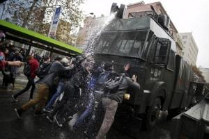 Des étudiants affrontent la police à Santiago lors d'une manif pour une vraie Education publique le 9 juin 2015