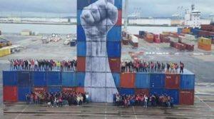 Le Havre, hommage aux dockers. L'artiste de street-art JR a pris parti pour la lutte contre la loi travail en réalisant cette fresque sur des dizaines de Containeurs (15 mètres de haut), saluant ainsi la classe des travailleurs en lutte, et montrant ainsi la solidarité présente dans de nombreuses couches de la population