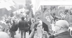 Rassemblement des salariés de SFR à Paris devant le siège le 6/09