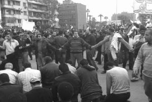 Chrétiens coptes formant une chaîne pour protéger les musulmans pendant la révolution égyptienne, Place Tahrir en 2011. Les musulmans formaient à leur tour des chaînes humaines autour des églises durant les messes. Il s'agissait de montrer l'unité du peuple révolutionnaire contre les manoeuvres de divisions venues des intégristes ou du pouvoir militaire. Les intérêts des opprimés sont communs dans la lutte !