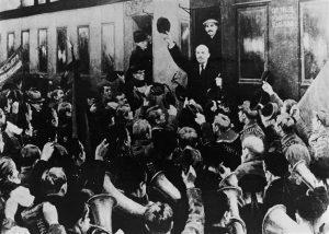 L'arrivée de Lénine en gare de Pétrograd, le 3 avril, après son exil. Devant une foule immense, il expose les Thèses d'avril. Les dirigeants bolcheviks Staline et Kamenev sont médusés.