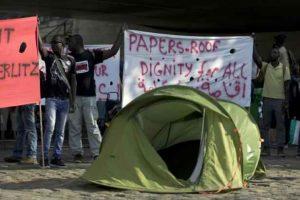2048x1536-fit_des_migrants_reclament_des_papiers_un_toit_et_la_dignite_pour_tous_le_5_aout_2015_sur_le_quai_d_austerlitz_a_paris