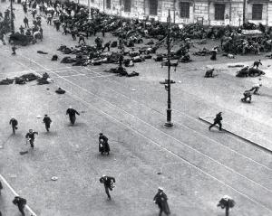 Les 3 et 4 juillet 1917, des manifestatsions monstre ont lieu à Petrograd contre le gouvernement provisoire qui refue de satisfaire les revendications des travailleurs. Prématurées, ces manifestations sont réprimées dans le sang. Trotsky est emprisonné, Lénine exilé. La contre-révolution relève la tête.