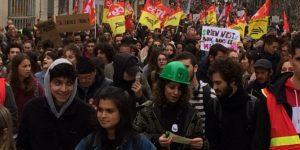 un-long-cortege-de-manifestants-a-investi-le-centre-ville-de_2771151_667x333