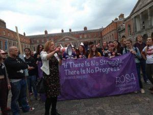 Ruth Coppinger prend la parole à un rassemblement au lendemain de la tenue du référendum. « Nous sommes rentrés dans l'Histoire! »