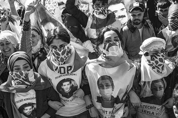 Manifestation en soutien aux candidats HDP à Istanbul le 24 mars 2019 (AFP) Les manifestantes portent les visages des grévistes de la faim Zülküf Gezen et Leyla Güven