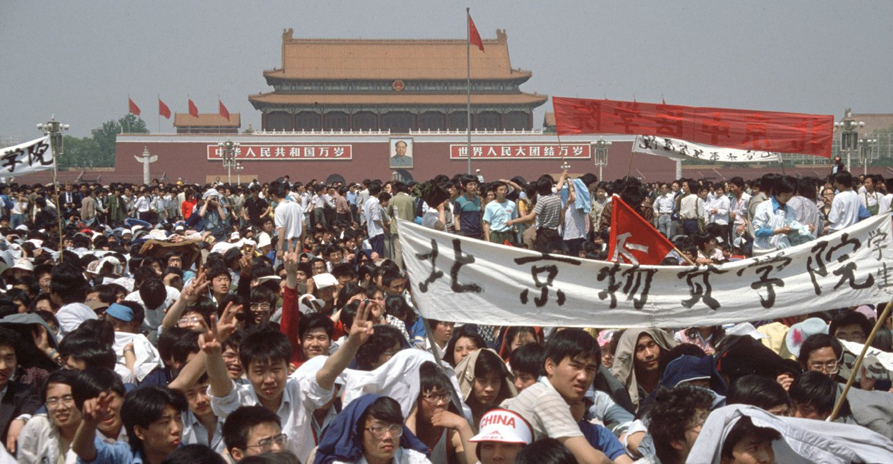 Juin 1989 des millions de jeunes chinois ont tenté de secouer le régime bureaucra- tique et dictatorial. Face au dirigeant doté d'impressionnants pouvoirs, Deng Xiao Ping, ils ont occupé, pendant plusieurs semaines, la place Tian'anmen, rejoints par des travailleurs en grève et la population de Pékin. Tian'anmen reste encore aujourd'hui le symbole de la lutte pour démocratiser le régime, un souvenir de cauchemar pour celui-ci et pour le Parti « communiste » chinois. Tian'anmen reste un exemple de la capacité des masses et de leur courage immense à tenter de trouver elle-même un chemin vers une société plus juste. Cet épisode héroïque vient également rappeler la nécessité qu'il y a de construire un parti révolutionnaire, capable d'organiser la couche révolutionnaire la plus déterminée et permettre que la lutte soit victorieuse.