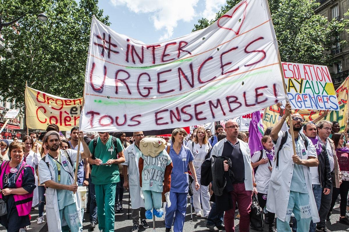 2019.06.06.quelques_manifestant_lors_de_la_manifestation_du_collectif_inter-urgence_le_6_juin_2019_à_paris_3f2dc