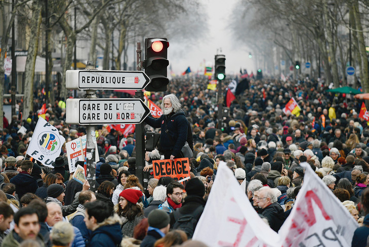manifestation-contre-reformes-gouvernement-dEmmanuel-Macron-reuni-differents-partis-gauche_0_729_487
